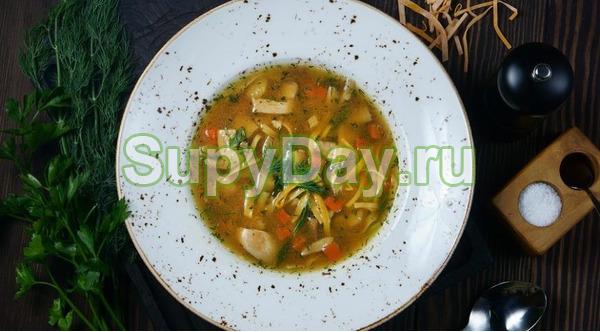 Суп с курицей, домашней лапшой и картофелем